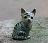 Katze, klein und grau, Porzellanminiatur